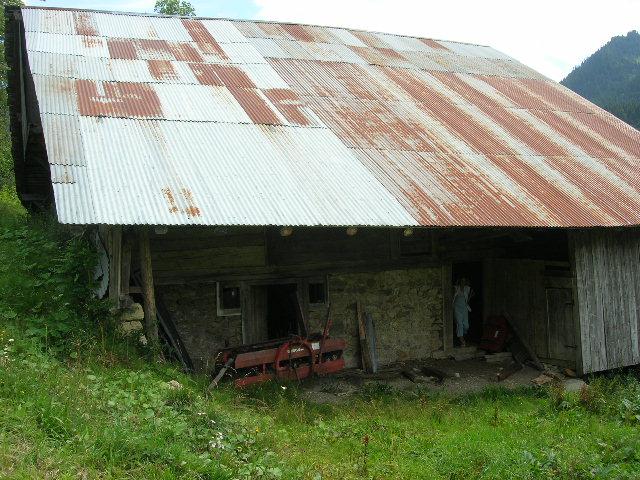 Le toit d'une ferme typique avant rénovation